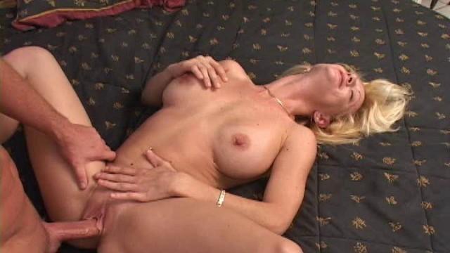 Beach babe mom (Mandy porn video) Milfhunter